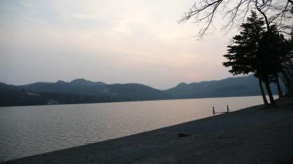 夕日の光に赤く染まる大沼湖