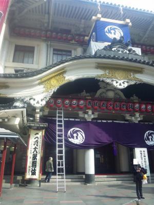 歌舞伎座と脚立