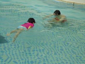 もも泳ぐ1