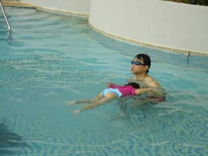 モモ泳ぐ2