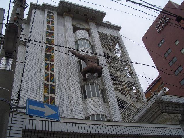 ビルに上るゴリラ