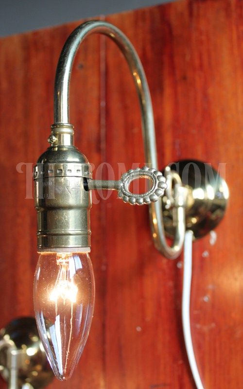 ヴィンテージ真鍮製ホブネイルキー(鍵)のウォールブラケット/壁掛け照明アンティークライト
