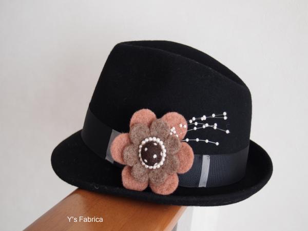 黒の帽子につけてみました。