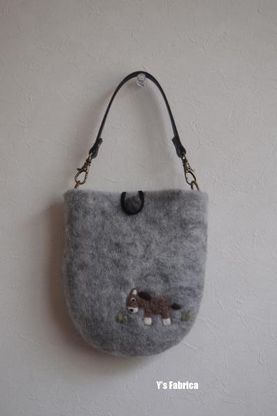 羊毛フェルトの小さなバッグ。