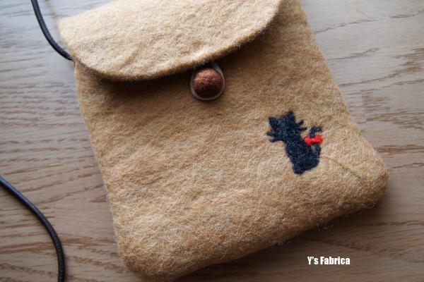 ワンポイントは「黒猫」の刺繍。