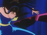 浅谷光子の鋭い蹴技が瞳の腹部を直撃