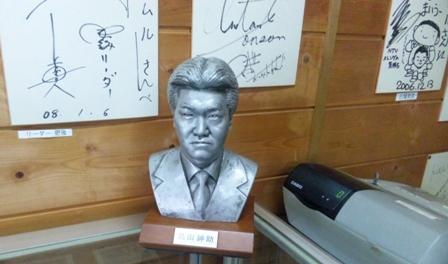 トムル店内の紳助胸像