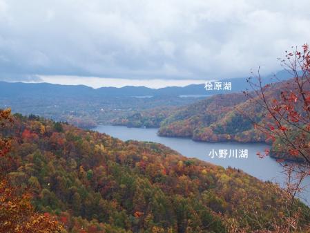 手前が 小野川湖、 奥が 桧原湖