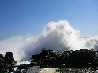 岩にぶつかる波