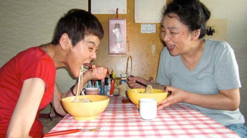 京子さんと山本さんの食事シーン