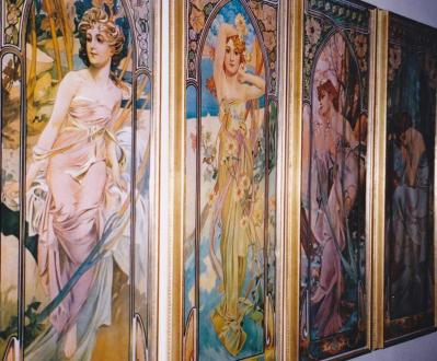 館内階段横壁の「一日Denní boby」展示