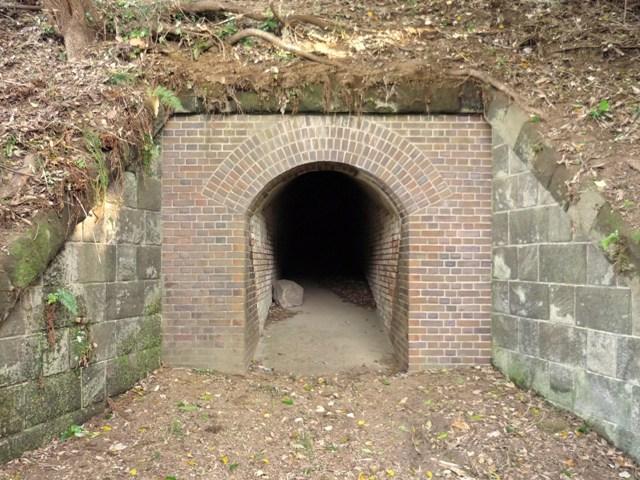 右翼観測所入口