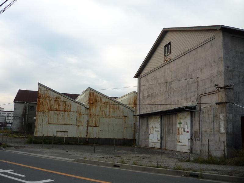 F、E、K倉庫の周りにトラロープ