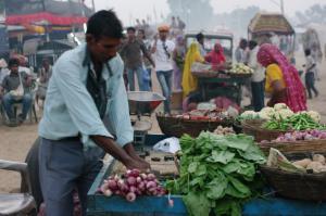 路上の野菜売り