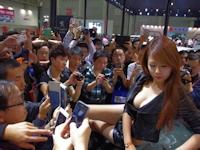 中国・武漢モーターショー2014でセクシーなコンパニオンを撮影しようとカメラを持った人が殺到