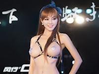 中国・新疆モーターショー2014にほぼトップレスな巨乳美人コンパニオンが登場