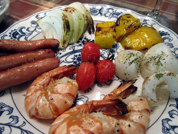 野菜と海鮮、ソーセージの炭火焼き