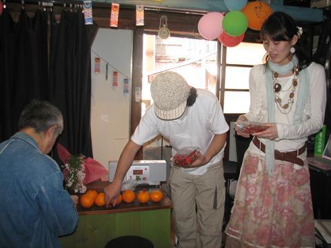 さしいれの柑橘を並べるひまねこやスタッフ