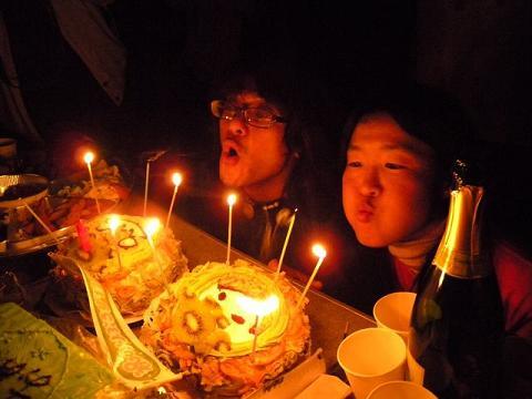 お祝いケーキ吹き消しの瞬間(撮影・たまはなさん)