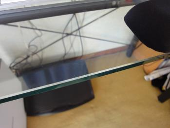 机の角に腕が当たってしまい痛いです。