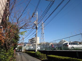 信和技研大田工場のそばで青空を撮影