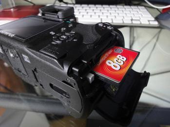 撮影したデータはCompactFlashに記録します。