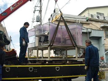 吊り上げたパーツフィーダーを荷台の上に移動します。