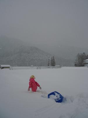 上の子と雪遊び