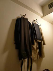 ただ服がかかっているだけの壁