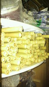 天日干しし乾燥させた竹は3~5年ねかせます。乾燥を終えた時点で割れたりヒビが入ってしまったもの(大体取ってきた竹の3分の1)は笛には使えないので省きます。笛を彫るまでには結構手間と時間が掛かっているんです。