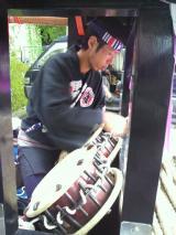 山車巡行前に若連の方が太鼓を取り付けています
