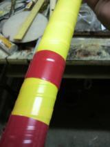 竹林で目立つように黄色と赤のビニールテープを巻いてあります