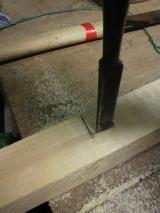 両端に切れ込みを入れたら残りの部分は、ノミで取ります