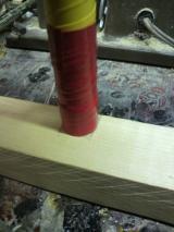 次に角材を向こう側へ倒し、竹を立てて竹の直径と同じぐらいの幅に印を付けます