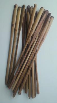 茨城県の女竹を使用しています。裏側は国産漆(大子初辺漆)で拭き漆しています。