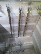 管内を塗り室で乾かしています。ちなみに一番右にあるのは篠笛です。