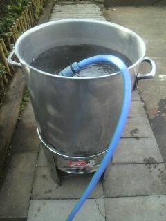 あまり水を入れると、竹を入れた時にお湯が溢れてしまいます・・・
