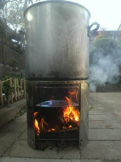煮沸で油抜きをするので、お湯を沸かしています