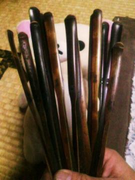 滋賀県、湖北地方の茅葺き家屋(築120年)を解体した時に出た真竹の本煤竹を使用しています。こちらも裏側は国産漆(大子初辺漆)で拭き漆してあります。