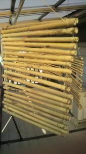 このぐらいに竹全体の青みが抜けたら竹を取り込み麻紐をはずします。