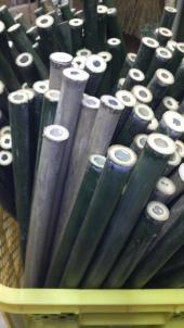 竹皮を剥ぎ節毎に竹をカットします。太過ぎたり細過ぎたり節間が足らず笛に適さないものはこの時点で省きます。