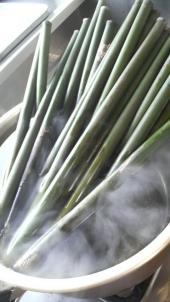 油抜きは煮沸で行います。油抜きをする事で竹の中にいる虫を殺したり余分な油分や水分を抜きます。