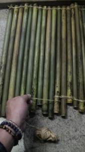 次に天日干しの準備。油抜きした竹は交互に組み麻紐で縛ります。