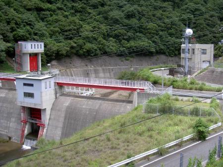 大日川上流の分水堰