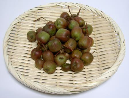 ざるに盛った果実