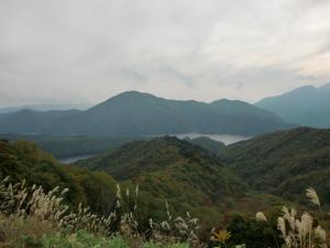 頂上からの秋元湖