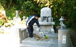 お墓掃除風景1