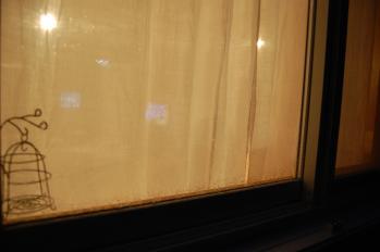 オリジナルホワイトリネン 夜のカーテンの透け感-03