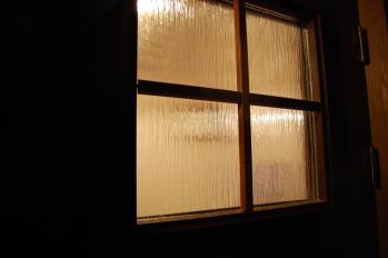 夜の玄関ドア(ガラス)