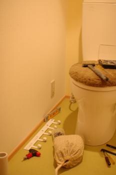 トイレ 下地がなくて途方に暮れている図